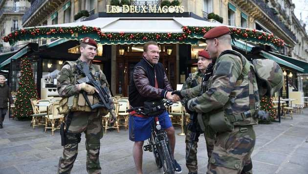 Schwarzenegger begrüßt Soldaten, die für Sicherheit in Paris sorgen. (Bild: APA/AFP/Eric Feferberg)