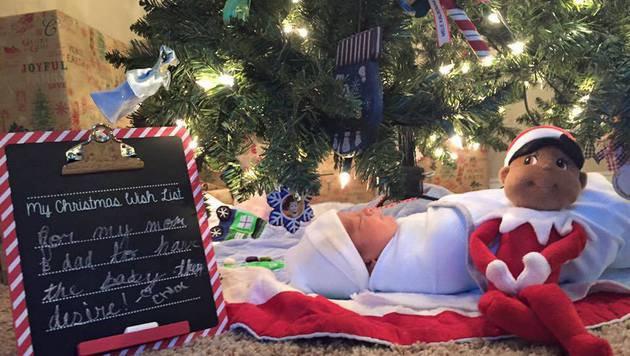 Die drei Schwestern trauten ihren Augen nicht. Unter dem Christbaum schlummerte ein Baby. (Bild: facebook.com/Courtney Solstad)