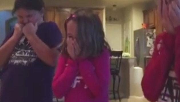 Mädchen finden Adoptivbruder unter Weihnachtsbaum (Bild: facebook.com/Courtney Solstad)