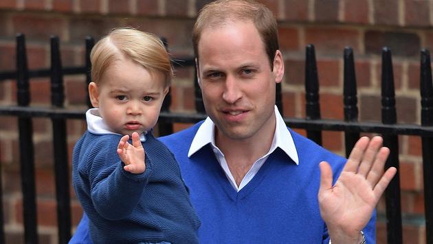 Prinz William mit Söhnchen George (Bild: APA/EPA/HANNAH MCKAY)