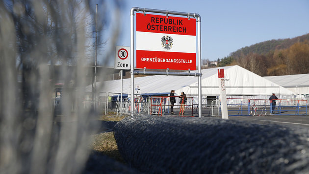 Flüchtlingsstrom: Nun kommt tägliche Obergrenze (Bild: APA/ERWIN SCHERIAU)