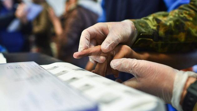 Registrierung eines Flüchtlings in Deutschland (Bild: APA/EPA/UWE ANSPACH)