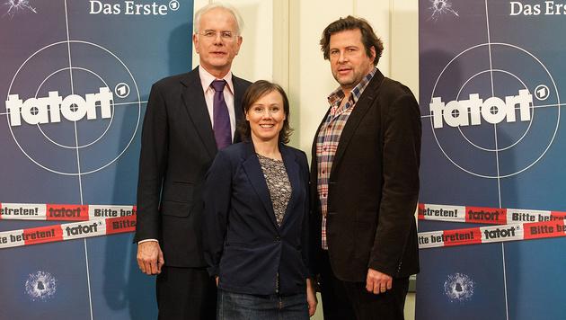 Harald Schmidt mit seinen neuen Kollegen Eva Löbau und Hans-Jochen Wagner (Bild: APA/dpa/Christoph Schmidt)