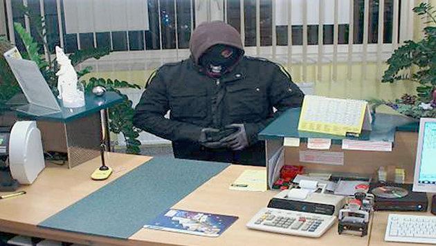 Maskierter überfällt Bank mit Maschinenpistole (Bild: APA/LPD NÖ)