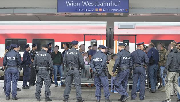 Verletzte bei Massenschlägerei am Westbahnhof (Bild: APA/Herbert Neubauer (Archivbild))