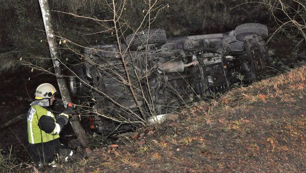 Das Fahrzeug wurde mittels Seilwinde aus dem Bachbett gezogen. (Bild: APA/BI MANFRED KOZMICH)