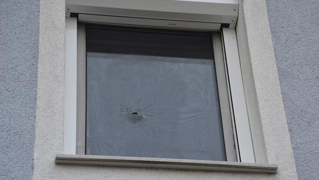 Das Einschussloch in der Fensterscheibe (Bild: Heinz Weeber)