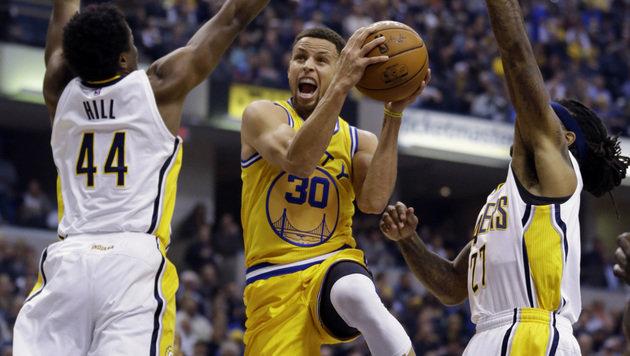 Unaufhaltbar! Stephen Curry von den Golden State Warriors (Mi.) (Bild: AP)