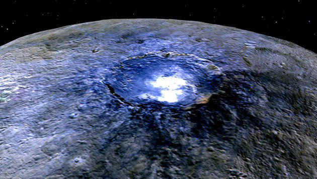 Falschfarben-Aufnahme: Helle Flecken im Occator-Krater (Bild: NASA/JPL-Caltech/UCLA/MPS/DLR/IDA)