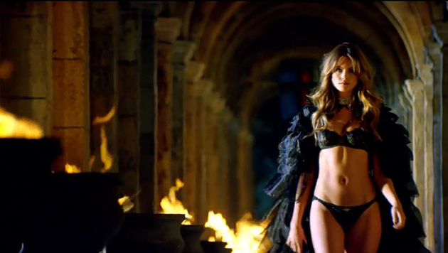 Die Model-Engel senden (be)sinnliche Weihnachtsgrüße im sexy Dessous-Clip von Victoria's Secret. (Bild: YouTube.com)