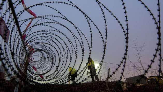 Spielfeld: Anrainer torpedieren Bau von Grenzzaun (Bild: APA/AFP/Joe Klamar)