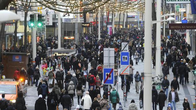 Ansturm auf Geschäfte am dritten Adventsamstag (Bild: APA/HERBERT PFARRHOFER)