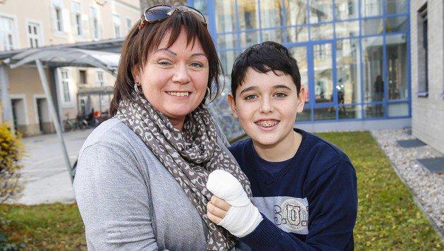 """Erleichtert sind Mutter Anna und Aaron, der beim """"Kampf"""" um ein Lineal ein Fingerglied verlor. (Bild: MARKUS TSCHEPP)"""