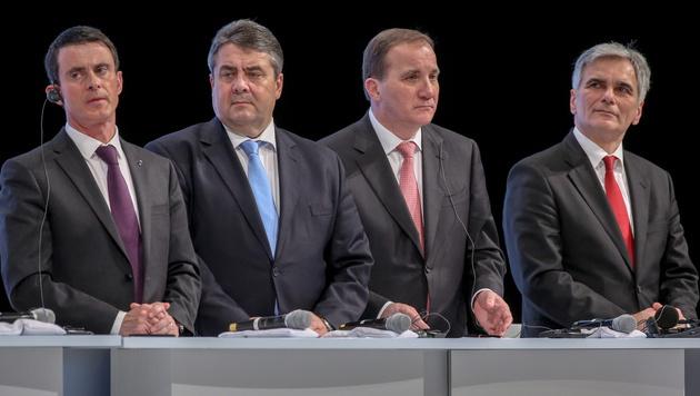 Von links: Frankreichs Premier Valls, SPD-Chef  Sigmar Gabriel, Schwedens Premier Löfven, Faymann (Bild: APA/EPA/KAYNIETFELD)