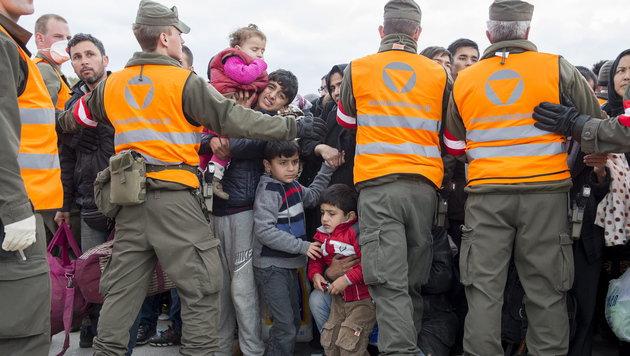 Soldaten bei Grenzeinsatz v�llig ungesch�tzt (Bild: APA/EPA/ERWIN SCHERIAU)