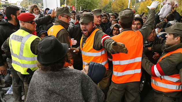 Soldaten bei Grenzeinsatz völlig ungeschützt (Bild: APA/EPA/ANTONIO BAT)