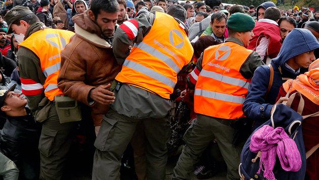 Soldaten bei Grenzeinsatz v�llig ungesch�tzt (Bild: APA/EPA/ANTONIO BAT)