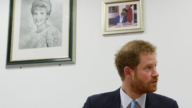 Prinz Harry vor Porträtfotos seiner Mutter. (Bild: AP)