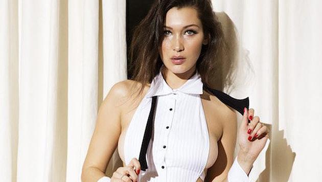 Bella Hadid heizt als sexy Hausmädchen ein. (Bild: twitter.com/thelovemagazine)