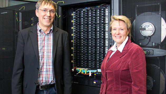 Sabine Schindler und Alexander Ostermann freuen sich über den neuen Supercomputer an der Uni. (Bild: Uni Innsbruck)
