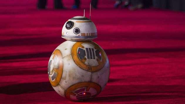 """Auch der neue Droide BB-8 darf bei der """"Star Wars""""-Weltpremiere nicht fehlen. (Bild: Valerie Macon)"""