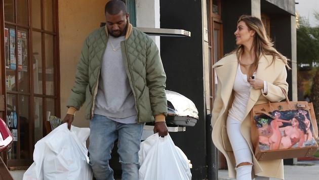 Kim Kardashian mit ihrer bemalten Birkin Bag (Bild: Viennareport)