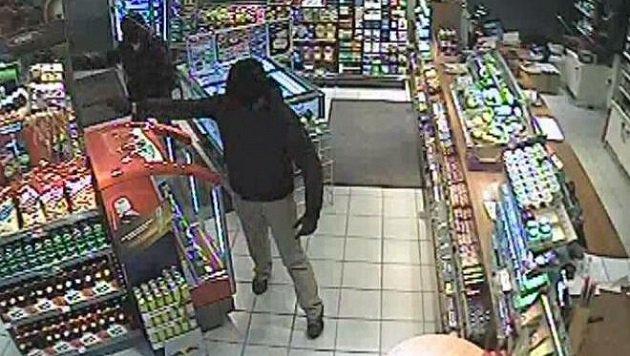 Das Bild aus dem Überwachungsvideo zeigt zwei der drei Täter. (Bild: LPD Salzburg)