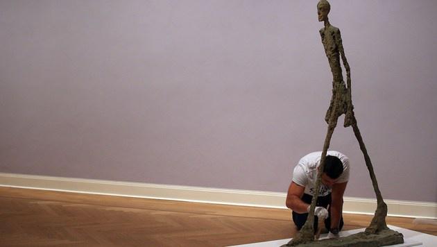 Diese Skulptur von Alberto Giacometti verschenkte Roman Abramovich an seine Lebensgefährtin. (Bild: APA/AFP/OLIVER BERG)