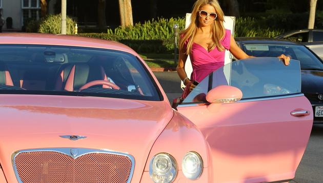Paris Hilton und ihr rosaroter Bentley (Bild: Viennareport)