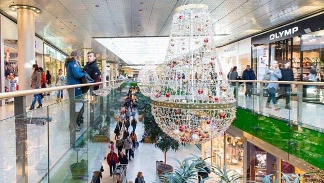 Weihnachts-Deko soll auch im stressigen Treiben des Europarks besinnliche Stimmung aufkommen lassen. (Bild: Franz Neumayr)