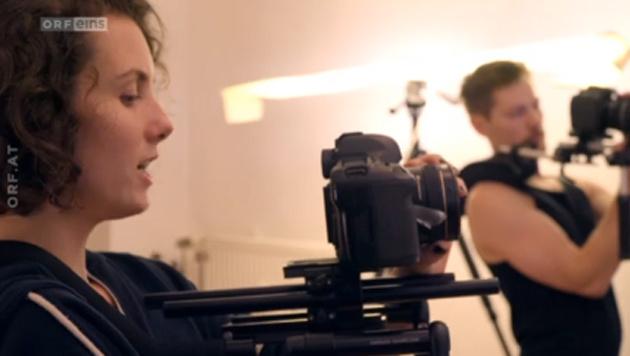 Blush steht auch hinter der Kamera. (Bild: Screenshot tvthek.orf.at)
