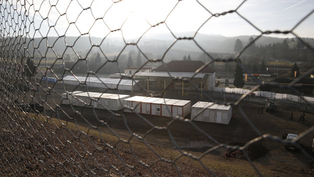 Vier-Meter-Zaun in Spielfelder Kernzone ist fertig (Bild: APA/ERWIN SCHERIAU)