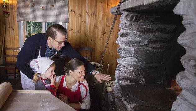 Gemeinsam mit ihre Mutter Victoria und ihrem Papa Daniel sieht Estelle dem Brot beim Backen zu. (Bild: Foto Kungahuset.se / Photo The Royal Court, Sweden Images must n)