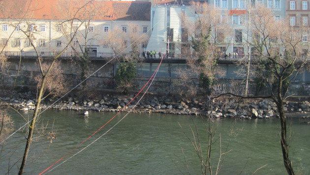 Die Seilrutsche führt über die Mur. (Bild: BF Stadt Graz)