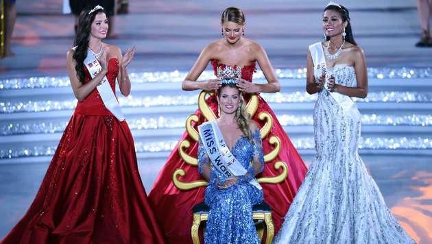 """Thronübergabe: """"Miss World"""" des Vorjahres, Jolene Strauss, übergibt die Krone an die Spanierin Royo. (Bild: AFP)"""