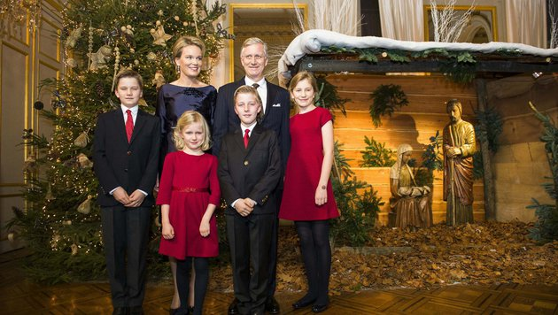 Die belgische Königsfamilie posiert für das offizielle Weihnachtsporträt. (Bild: AFP)