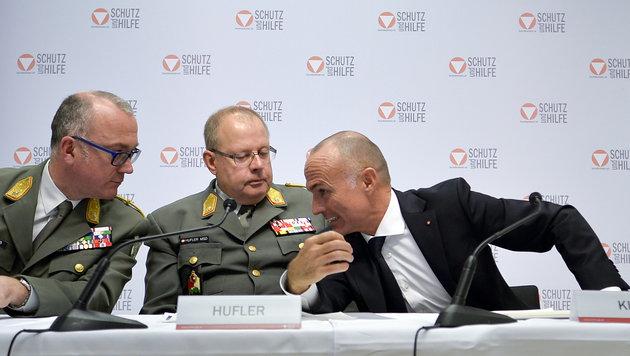 Die Militärkommandanten Heinz Zöllner (l.) und Heinz Hufler (Mitte) mit Minister Klug (r.) (Bild: APA/HERBERT NEUBAUER)