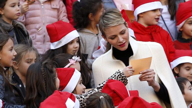 Fürstin Charlene bei einer Weihnachtsfeier für Kinder (Bild: APA/EPA/SEBASTIEN NOGIER)