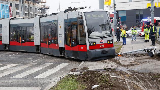 Bim entgleist: Fahrer viel zu schnell unterwegs (Bild: Martin A. Jöchl)
