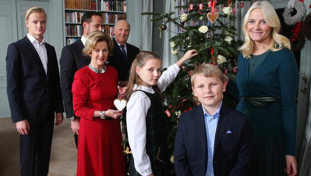 Die norwegische Königsfamilie beim Schmücken des Christbaums. (Bild: NTB scanpix)