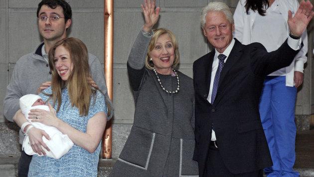 Chelsea Clinton nach der Geburt von Tochter Charlotte mit Ehemann Mark Mezvinsky und ihren Eltern (Bild: AP)