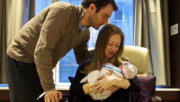 Chelsea Clinton und Marc Mezvinsky nach der Geburt ihrer ersten Tochter Charlotte (Bild: AP)
