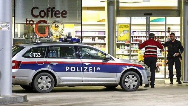Die Polizisten nach dem Überfall vor der Eni-Tankstelle in Puch (Bild: Markus Tschepp)