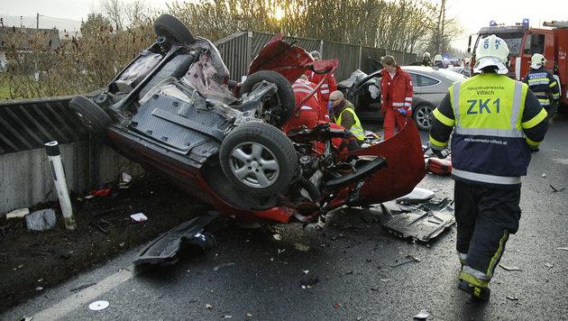 Tödliche Frontalkollision zweier Autos in Kärnten (Bild: APA/HFW VILLACH)
