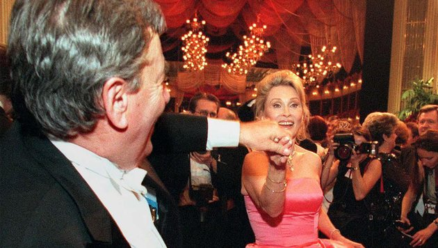 Wiener Opernball 1999: Richard Lugner tanzt mit Faye Dunaway. (Bild: APA)