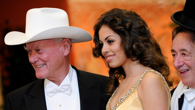 Karima El-Marough alias Ruby Rubacuore und Larry Hagman 2011 (Bild: APA)