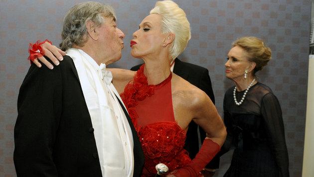 Opernball 2012: Schauspielerin Brigitte Nielsen kutscht Richard Lugner. (Bild: APA/HERBERT P. OCZERET)