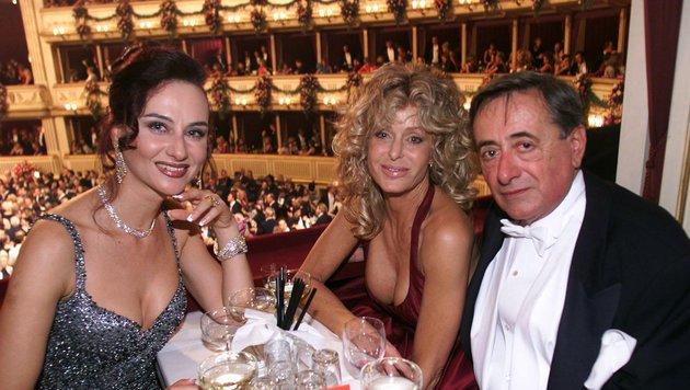 Opernball 2001: Richard Lugner mit damaliger Gattin Christina und Stargast Farrah Fawcett (Bild: APA)