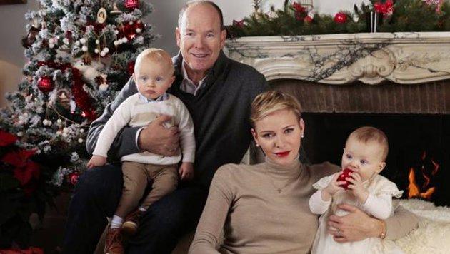 """Mit einem weihnachtlichen Familienbild wünschen Fürst Albert II. und Charlene ein frohes Fest. (Bild: Palais Princier de Monaco - Prince""""s Palace of Monaco)"""