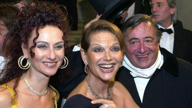 Opernball 2002: Mausi und Richard Lugner mit Claudia Cardinale (Bild: APA/Jaeger Robert)